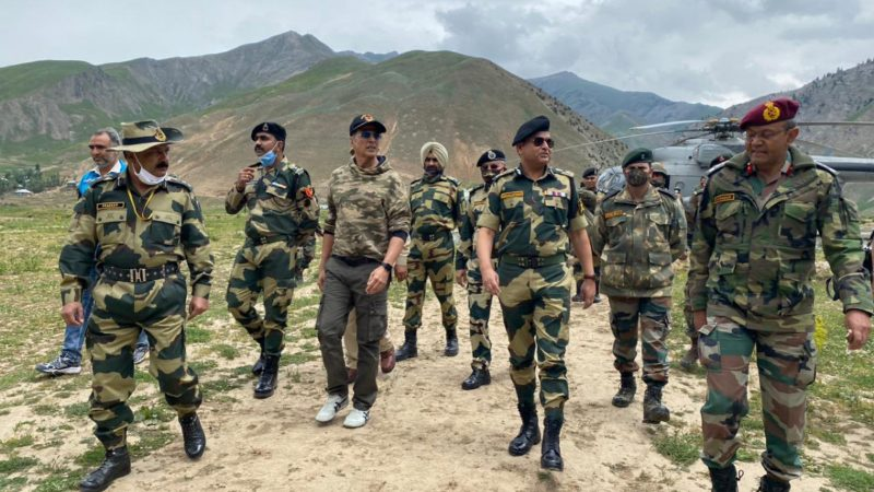 akshay kumar with soldiers