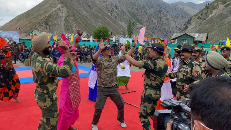 akshay kumar dancing with soldiers